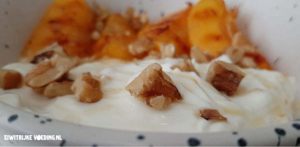 gegrilde perzik skyr dessert walnoot